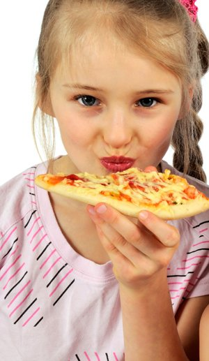 girlseatingpizza_DT_20435221.jpg